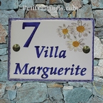 PLAQUE DE MAISON FAIENCE EMAILLEE DECOR MARGUERITES