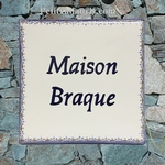 PLAQUE DE MAISON CARREE DECOR TRADITION FRISE ET BORD BLEU