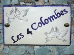 PLAQUE DE MAISON CERAMIQUE DECOR COLOMBES STYLISEES