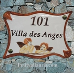 PLAQUE DE MAISON EN FAIENCE PARCHEMIN DECOR ANGES-CHERUBINS